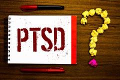 Écriture conceptuelle de main montrant Ptsd Dépression traumatique mars de crainte de traumatisme de maladie mentale de désordre  image stock