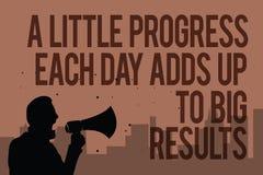 Écriture conceptuelle de main montrant un peu de progrès que chaque jour ajoute à de grands résultats Homme étape-par-étape de bu illustration stock