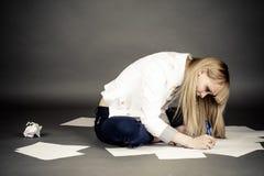 Écriture d'étudiante sur le papier images libres de droits