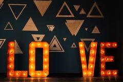 Écriture d'amour de Word par les ampoules électriques Photos libres de droits