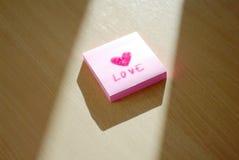 Écriture d'amour et de coeur sur le post-it Image libre de droits