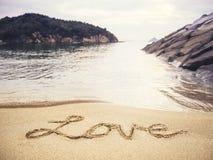 Écriture d'amour sur le fond de vacances de plage de sable Photos libres de droits