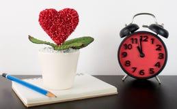 Écriture d'histoire de journal intime d'amour avec l'horloge Image stock