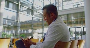 Écriture d'homme d'affaires sur le bloc-notes dans un bureau moderne 4k banque de vidéos