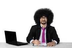 Écriture d'homme d'affaires et sourire à l'appareil-photo Photographie stock libre de droits