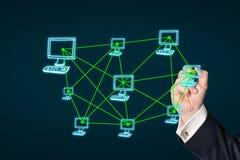 Écriture d'homme d'affaires sur un écran virtuel Images libres de droits