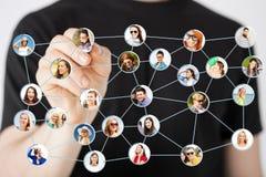 Écriture d'homme dessinant le réseau social Image libre de droits