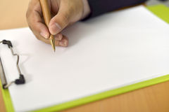 Écriture d'homme sur le papier blanc Image stock