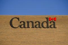 Écriture d'indicateur de lame d'érable des textes du Canada sur le mur de briques Image libre de droits