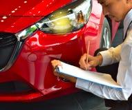écriture d'inspection d'affaires de saleman d'homme de carrière sur le bloc-notes ou le livre, papier avec le fond trouble de voi image libre de droits