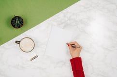 Écriture dans le carnet vide sur le fond de marbre blanc de table Image stock