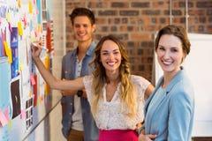 Écriture de cadre commercial sur les notes collantes sur le tableau blanc images stock