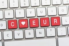Écriture de COEUR sur le clavier blanc avec un croquis de coeur avec le parenth Photographie stock libre de droits