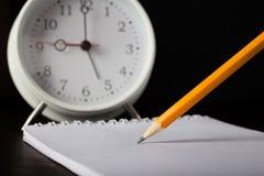 Écriture de crayon sur le plan rapproché de livre blanc Photographie stock libre de droits