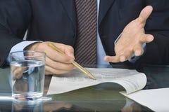 écriture de document d'homme d'affaires Image libre de droits