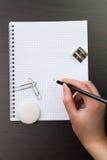 Écriture de femme avec le crayon sur le cahier Images stock