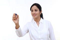 Écriture de femme d'affaires avec le stylo sur l'écran virtuel photographie stock libre de droits