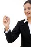 Écriture de femme d'affaires avec le stylo sur l'écran virtuel image stock