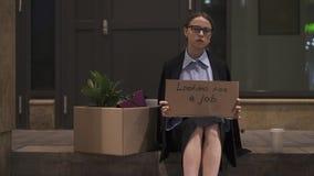 Écriture de femme d'affaires recherchant une rue de connexion de carton du travail banque de vidéos