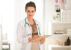 Écriture de femme de médecin dans le presse-papiers Photo libre de droits