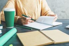 Écriture de femme en bloc - notes Photos stock