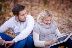 Écriture de femme enceinte et d'homme sur un tableau noir avec la craie Image stock