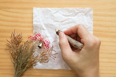 Écriture de femme sur des feuilles de papier blanc Image stock