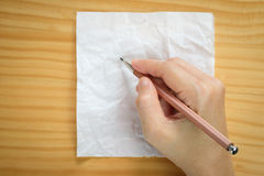 Écriture de femme sur des feuilles de papier blanc Photo libre de droits