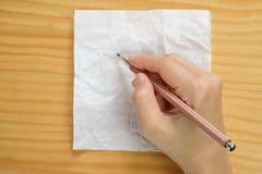 Écriture de femme sur des feuilles de papier blanc Images stock