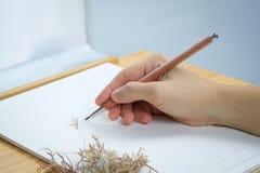 Écriture de femme sur des feuilles de papier blanc Photos stock