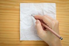 Écriture de femme sur des feuilles de papier blanc Photographie stock