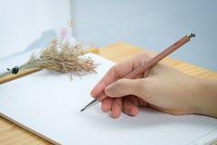 Écriture de femme sur des feuilles de papier blanc Image libre de droits