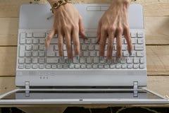 Écriture de femme sur l'ordinateur, style occasionnel Image stock