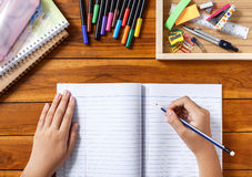 Écriture de fille au bureau Image libre de droits