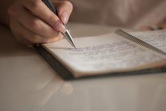 Écriture de fille sur le livre blanc photo libre de droits