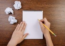 Écriture de garçon en bloc-notes et feuilles chiffonnées autour photo libre de droits