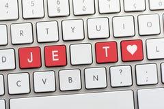 Écriture de JE T AIME sur le clavier blanc avec un croquis de coeur Photo libre de droits