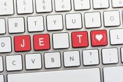 Écriture de JE T AIME sur le clavier blanc avec un croquis de coeur avec le pair Images stock