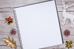 Écriture de lettre de Noël sur le livre blanc avec des décorations Images libres de droits