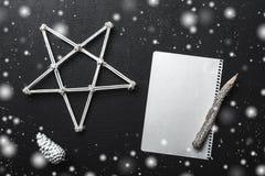 Écriture de lettre de Noël sur le livre blanc avec des décorations et avec l'effet de neige Carte de Noël et de bonne année Confi Photo libre de droits