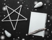Écriture de lettre de Noël sur le papier sur le fond noir avec des décorations Photo stock