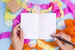Écriture de main de femmes sur le livre blanc Image stock
