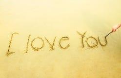 Écriture de main je t'aime sur le sable et la plage Image stock