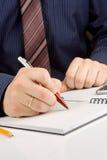 Écriture de main par le crayon lecteur sur le cahier contrôlé Photos libres de droits