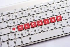 Écriture de MARIAGE sur le clavier blanc avec un croquis de coeur Images libres de droits