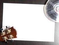 Écriture de musique de pellicule cinématographique sur le papier images stock