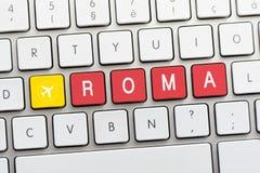 Écriture de ROMA sur le clavier blanc avec un croquis d'avions illustration libre de droits