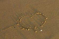 Écriture de signe d'amour sur le sable Image libre de droits