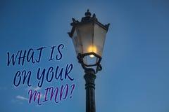 Écriture des textes d'écriture ce qui est sur votre question d'esprit La signification de concept large d'esprit pense au courrie Images stock