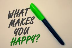Écriture des textes d'écriture ce qui te fait la question heureuse Le bonheur de signification de concept vient avec l'amour et l Photographie stock libre de droits
